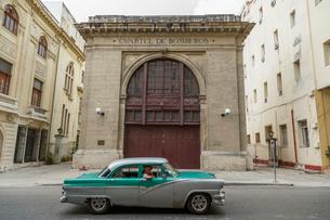 キューバ ハバナの街なみとクラシックカーの写真素材 [FYI02532317]