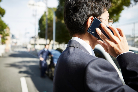 電話をかける男性の横顔の写真素材 [FYI02532512]