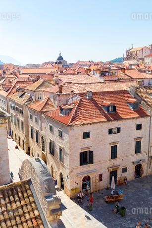 城壁から望むドブロブニク旧市街の写真素材 [FYI02533556]