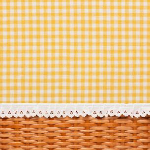 チェックの生地と編みかごの写真素材 [FYI02535011]