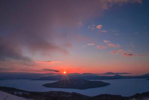 美幌峠より屈斜路湖の日の出の写真素材 [FYI02536651]