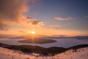 美幌峠より屈斜路湖の日の出の写真素材 [FYI02536890]