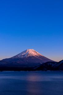 本栖湖より紅富士の写真素材 [FYI02537369]