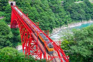 新山彦橋を行く黒部峡谷鉄道の写真素材 [FYI02537639]