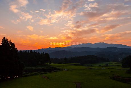 杜々の森より望む朝の守門岳の写真素材 [FYI02537660]