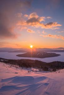 美幌峠より屈斜路湖の日の出の写真素材 [FYI02537697]