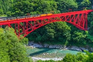 新山彦橋を行く黒部峡谷鉄道の写真素材 [FYI02537708]