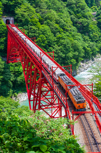 新山彦橋を行く黒部峡谷鉄道の写真素材 [FYI02537728]