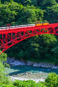 新山彦橋を行く黒部峡谷鉄道の写真素材 [FYI02537784]