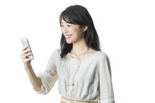 スマートフォンを見る女性の写真素材 [FYI02537815]