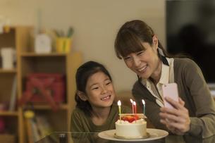 スマートフォンで写真を撮る親子の写真素材 [FYI02537888]