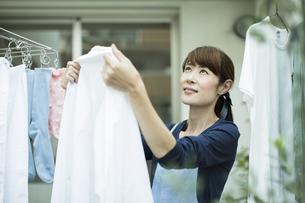 洗濯物を干す女性の写真素材 [FYI02537911]