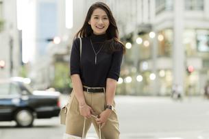 ショッピングバッグを持つ若い女性の写真素材 [FYI02537914]