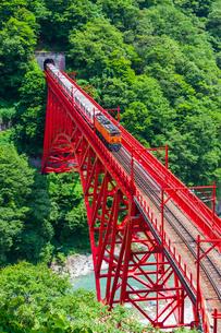新山彦橋を行く黒部峡谷鉄道の写真素材 [FYI02537915]