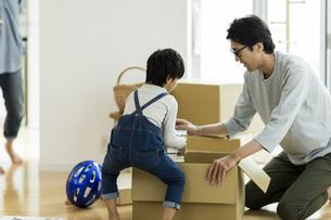 引越しの作業をする親子の写真素材 [FYI02537916]