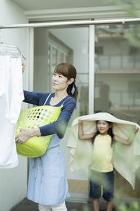 洗濯物を干す親子の写真素材 [FYI02537921]