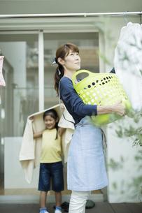 洗濯物を干す親子の写真素材 [FYI02537927]