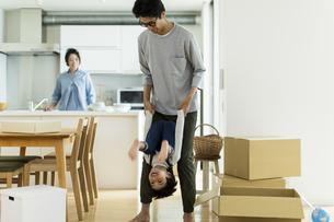引越しの作業中に遊ぶ親子の写真素材 [FYI02537928]