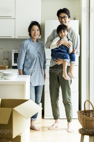 引越しをする家族の写真素材 [FYI02537929]