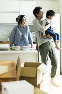 引越しをする家族の写真素材 [FYI02537931]