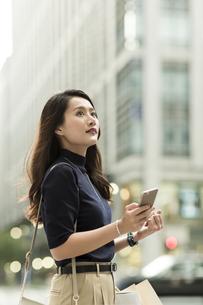 スマートフォンを持つ若い女性の写真素材 [FYI02537937]