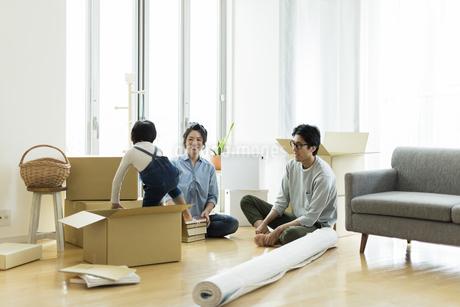 引越しの作業をする家族の写真素材 [FYI02537938]