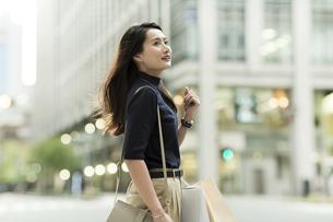 ショッピングバッグを持つ若い女性の写真素材 [FYI02537940]