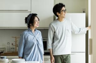 キッチンに立つ夫婦の写真素材 [FYI02537942]