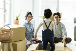 引越しの作業をする家族の写真素材 [FYI02537950]