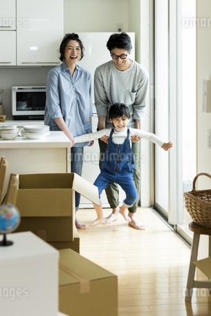 引越しをする家族の写真素材 [FYI02537951]