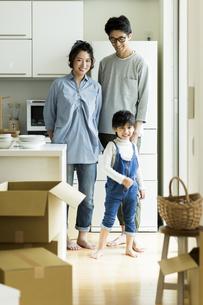 引越しをする家族の写真素材 [FYI02537960]