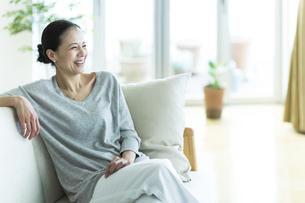 笑顔の女性の写真素材 [FYI02537962]