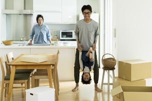 引越しの作業中に遊ぶ親子の写真素材 [FYI02537965]
