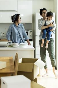 引越しをする家族の写真素材 [FYI02537974]