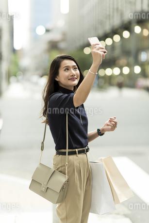 スマートフォンで撮影をする若い女性の写真素材 [FYI02537979]