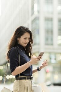 スマートフォンを見る若い女性の写真素材 [FYI02537985]