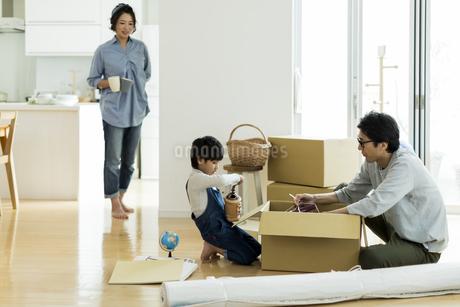 引越しの作業をする家族の写真素材 [FYI02537998]