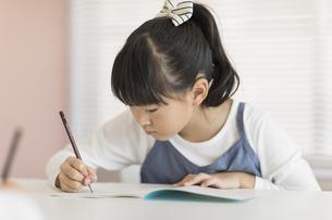 教室で勉強をする女の子の写真素材 [FYI02538001]