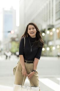 ショッピングバッグを持つ若い女性の写真素材 [FYI02538002]