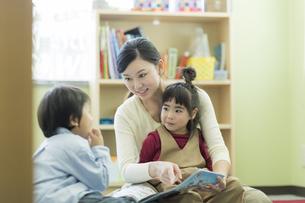 幼児教室で学ぶ子供たちの写真素材 [FYI02538005]