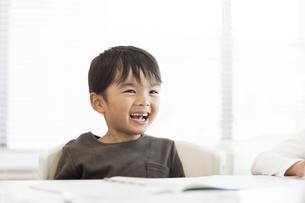 教室で授業を受ける男の子の写真素材 [FYI02538008]