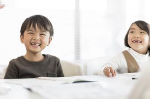 教室で授業を受ける子供たちの写真素材 [FYI02538009]