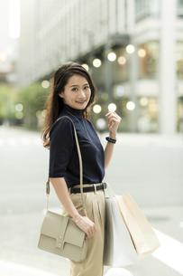 ショッピングバッグを持つ若い女性の写真素材 [FYI02538021]