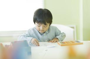 お絵描きをする男の子の写真素材 [FYI02538033]