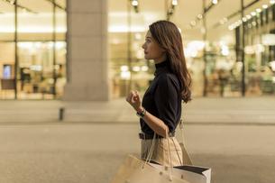 ショッピングをする若い女性の写真素材 [FYI02538035]