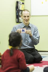 英語の授業をする男性教師の写真素材 [FYI02538045]