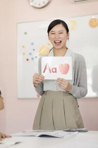 教室で英語を教える先生の写真素材 [FYI02538048]