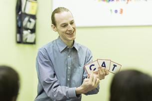 英語の授業をする男性教師の写真素材 [FYI02538049]