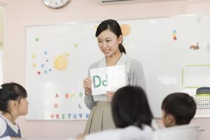 教室で英語を教える先生の写真素材 [FYI02538068]