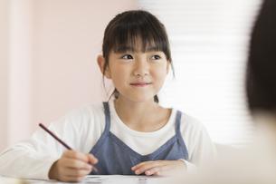 教室で勉強をする女の子の写真素材 [FYI02538077]